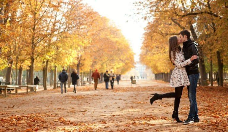 personnes feuilles d'arbre en automne dans un parc