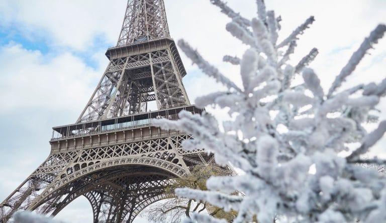 la tour eiffel en hiver avec sapin et neige