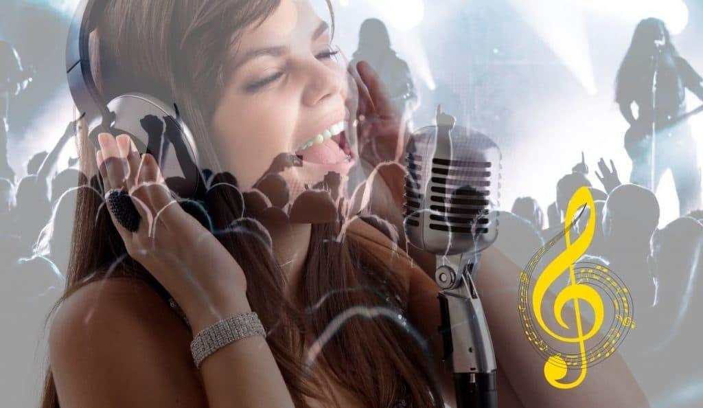 fille qui chante avec micro casque et une note de musique