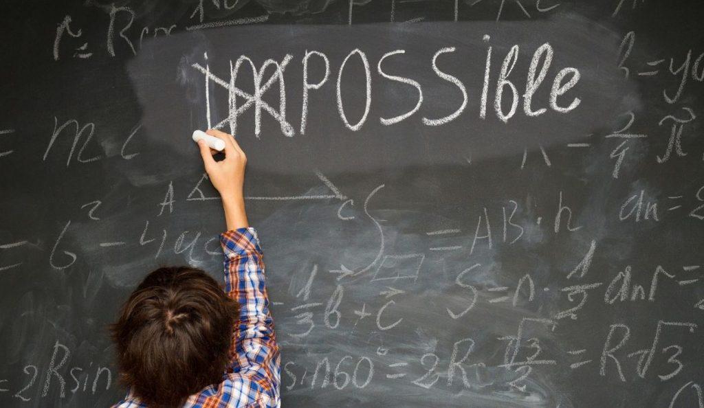 enfant ecrivant le mot impossible