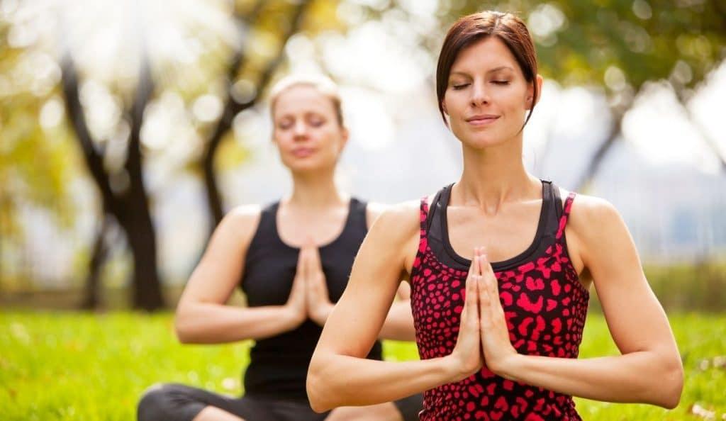 femmes font yoga